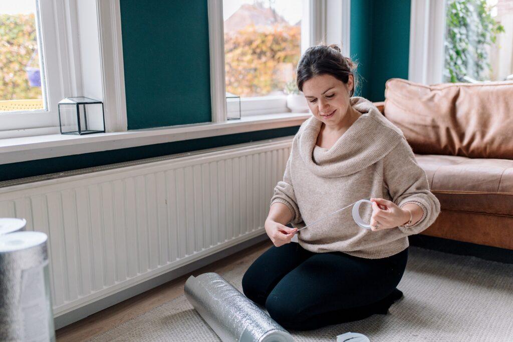 Nathalie met radiatorfolie aan de gang