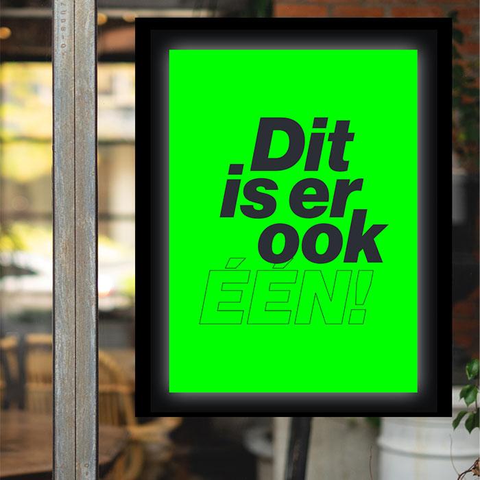 De tekst 'Dit is er ook één' als poster op een groene achtergrond