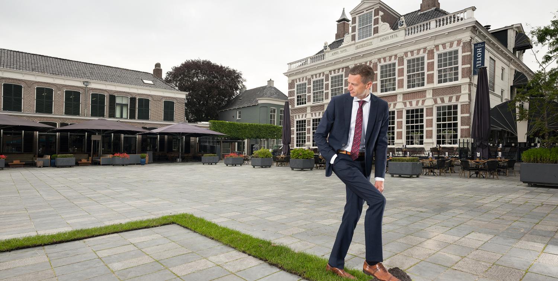 Wethouder Jelle Zoetendal rolt graszode uit