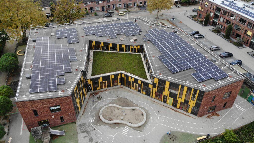 Voorbeeld van een basisschool met zonnepanelen op dak