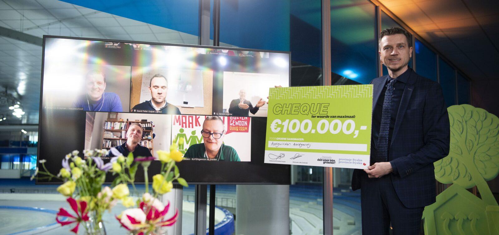 Wethouder Jelle Zoetendal reikt de cheque uit