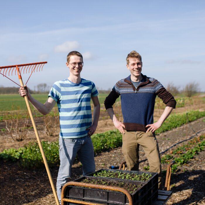De broers Sander en Arjen op het stuk land van Broerderij